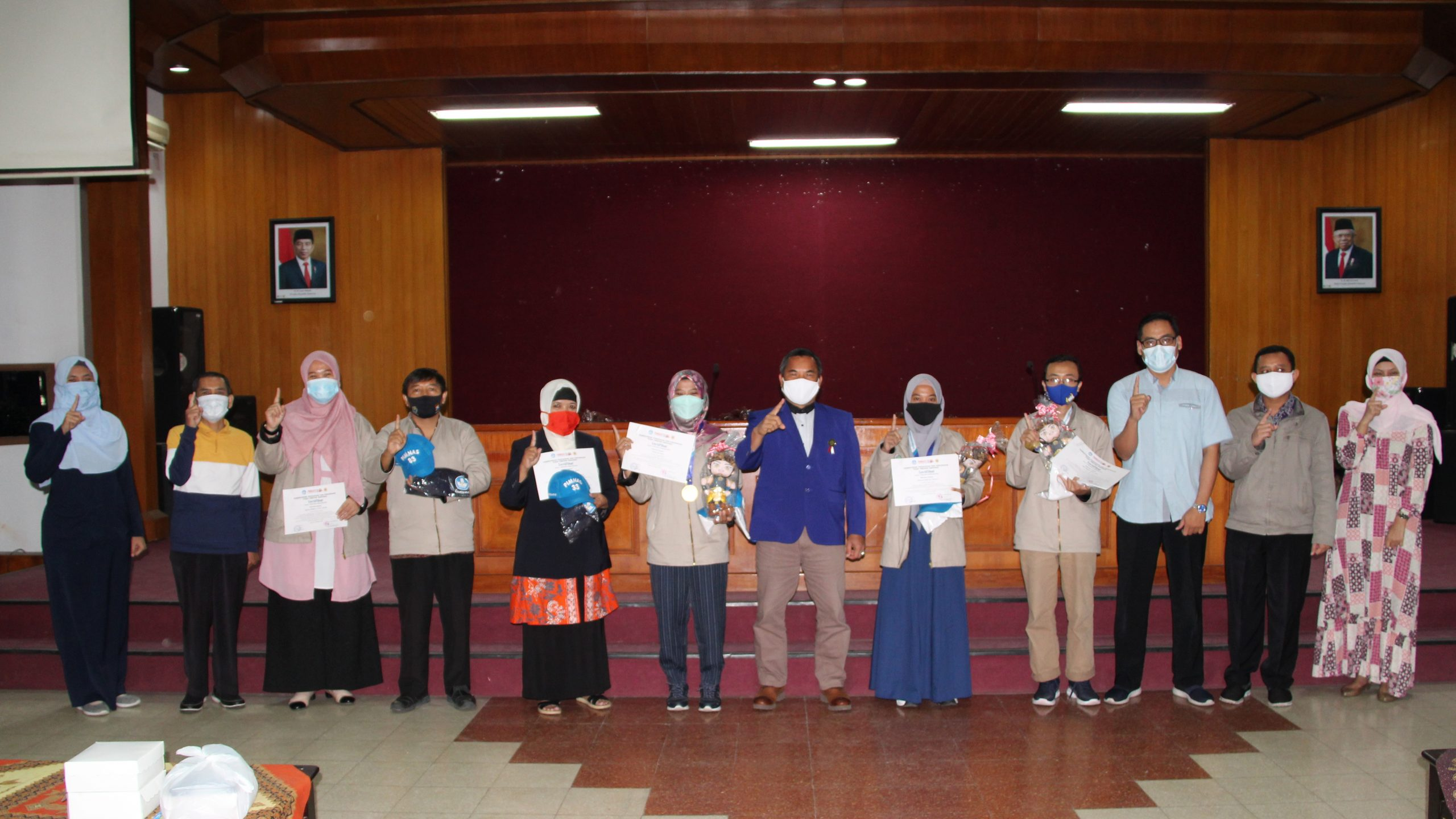 Photo of Dokumentasi Penyerahan Cinderamata Kontingen Universitas Negeri Malang pada Ajang Pimnas ke-33